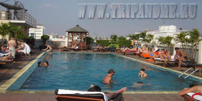 Бассейн на крыше отеля Rambuttri Village Plaza
