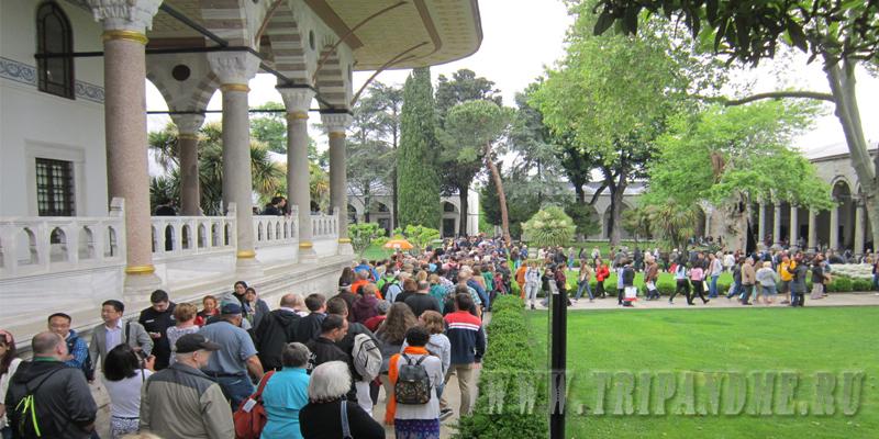 В музее Топкапы всегда много посетителей и длинные очереди