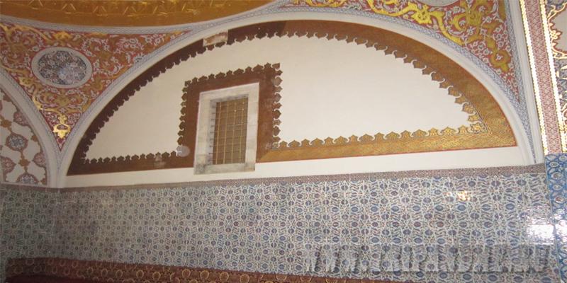 Через специальное окошко султан мог послушать все разговоры своих подчинённых