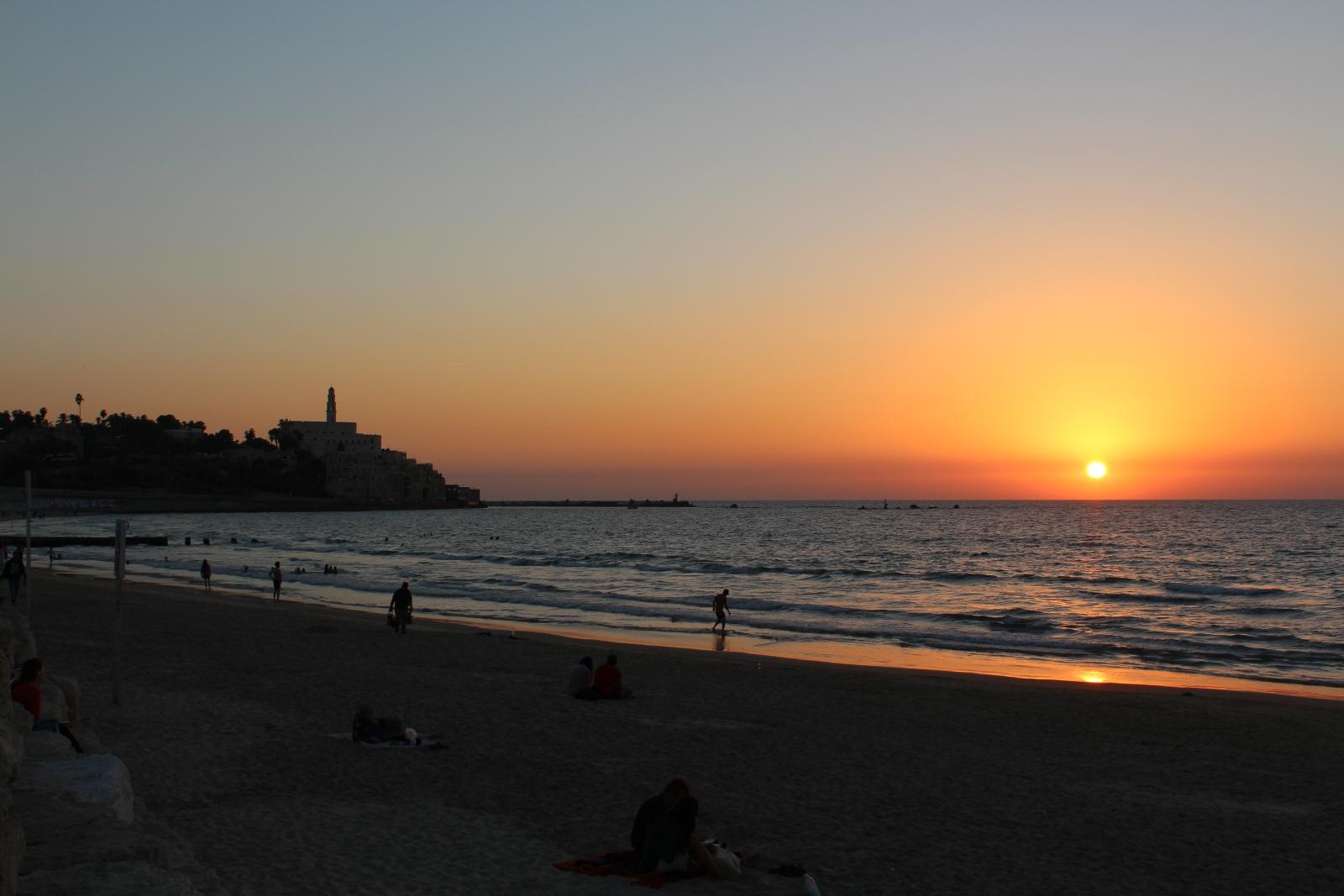 В Тель-Авиве многие встречают закат на пляже