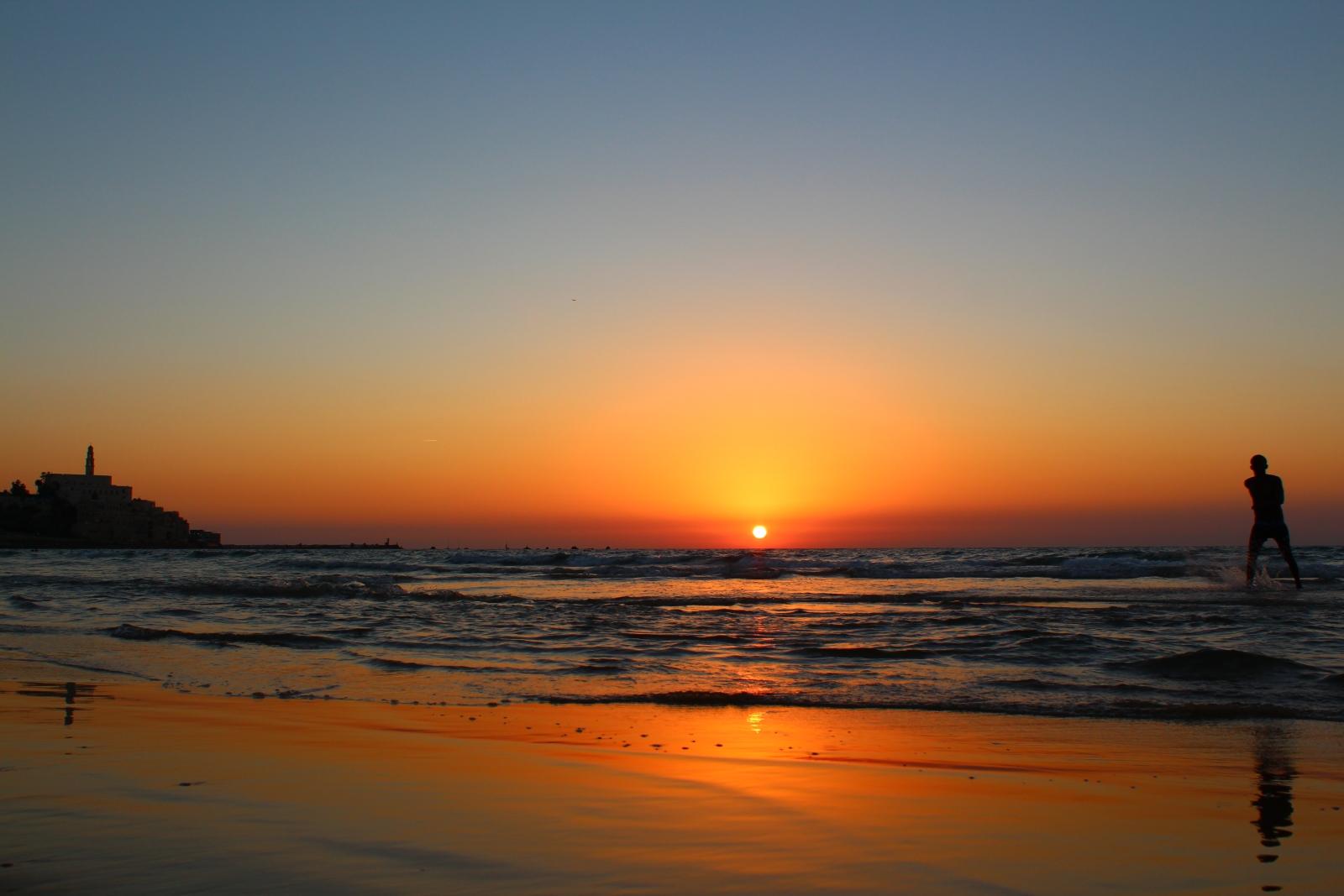 Солнце почти скрылось за горизонтом