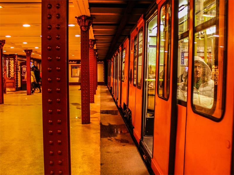 Двери закрываются - поезд на линии M1 метро Будапешт