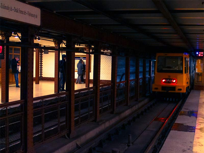 Прибытие поезда на линии M1 метро Будапешт