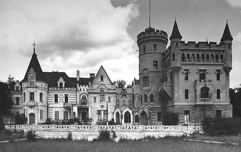К барскому дому пристроили мини-замок
