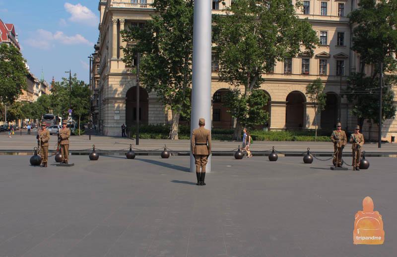 Почетный караул у здания венгерского парламента