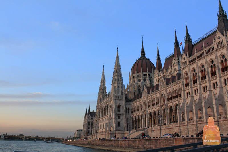 Многие туристы приходит к парламенту вечером, чтобы увидеть его во всей красе
