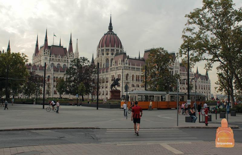 Венгерский парламент можно увидеть, не выходя из транспорта
