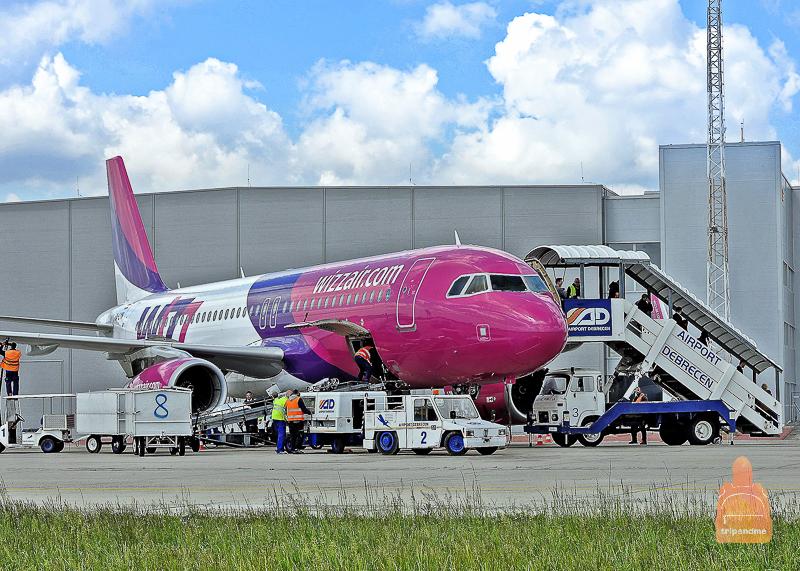 Самолёт Wizz Air в аэропорту Дебрецена