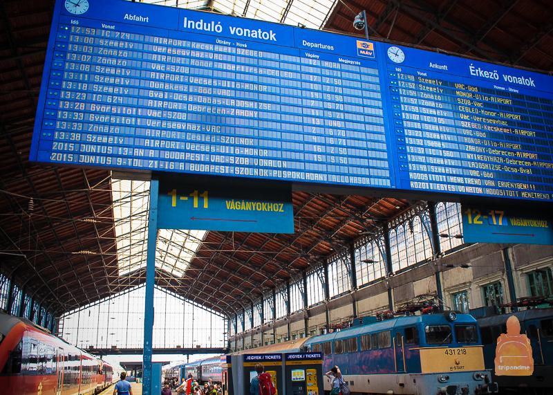 Информационная панель на ЖД вокзале Дебрецена