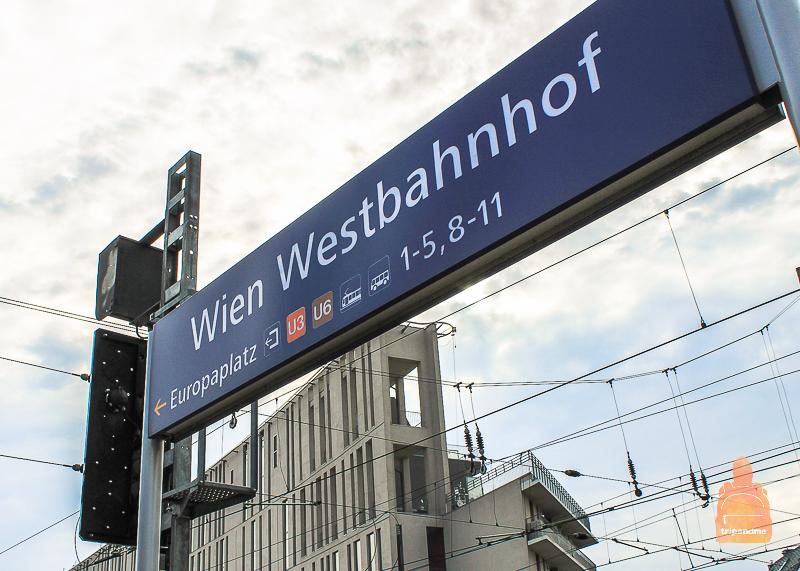 Табличка показывающая куда идти для посадки на поезд из Дебрецена в Вену