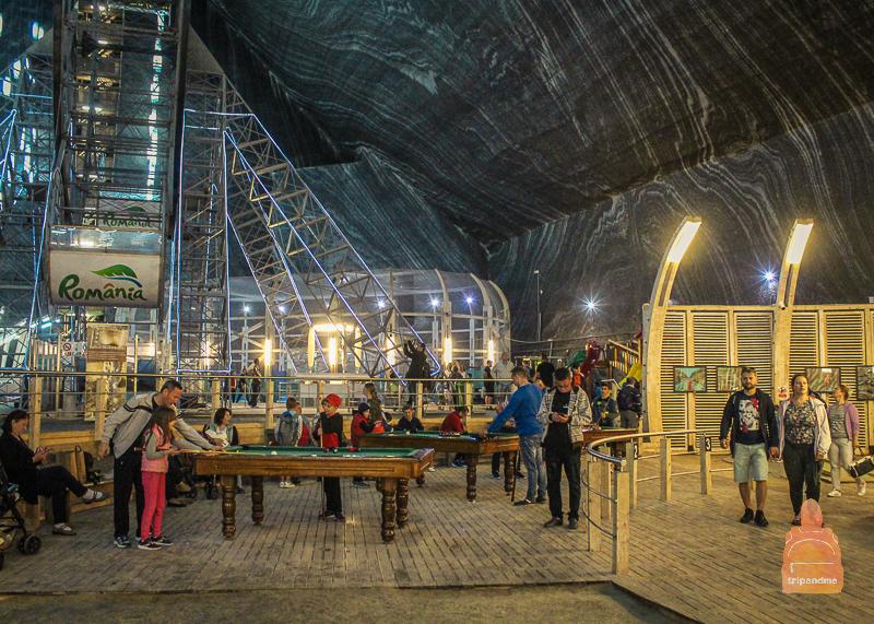 Внутри шахты работает парк развлечений