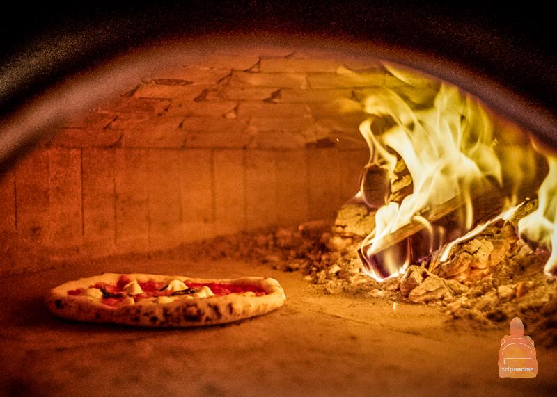 Пицца готовится в печи