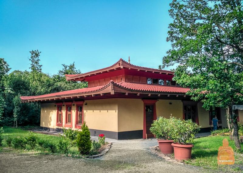 Храм рядом со ступой