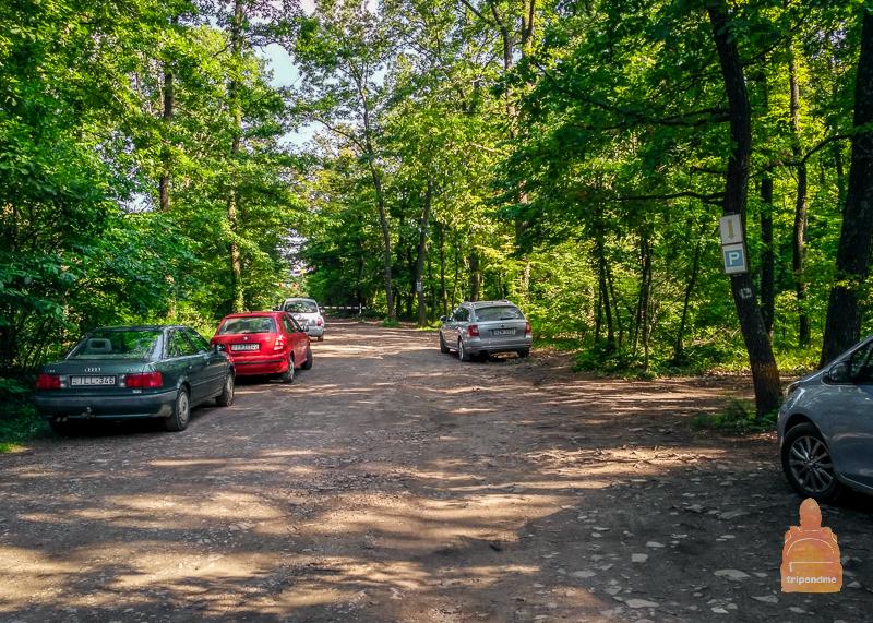 Импровизированная парковка рядом со ступой