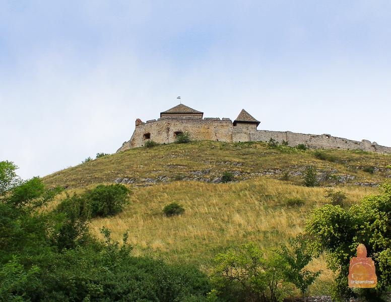 Крепость стоит на вершине холма
