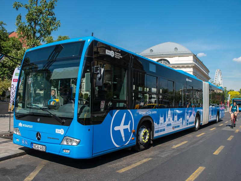 В Будапеште автобус 100Е уходит от остановки площадь Деака Ференца