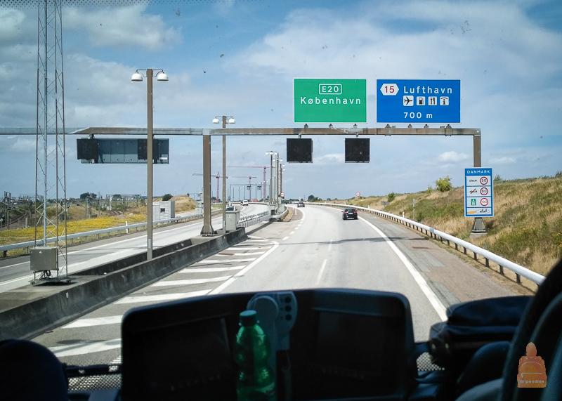 Дорога ведет через Эресуннский мост