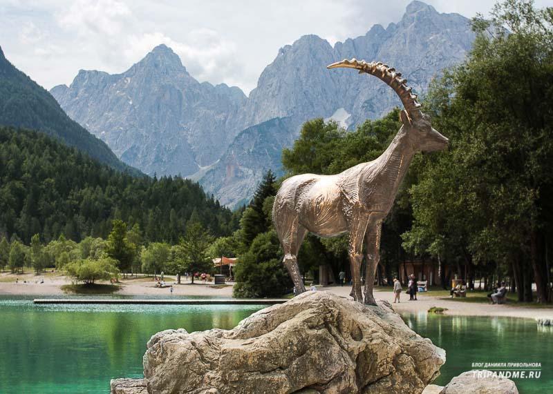 Памятник Козерогу на озере Ясна