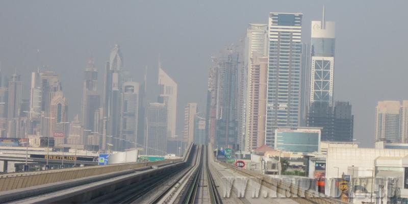 Небоскребы из окна вагона метро Дубая