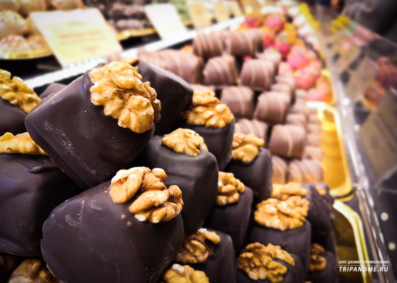 Марципановые конфеты, украшенные грецким орехом