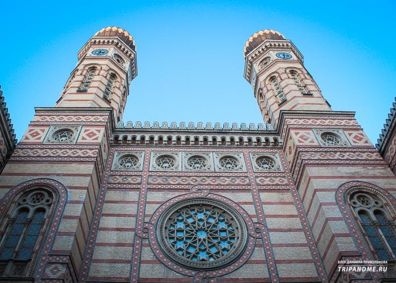 Две башни здания синагоги в Будапеште