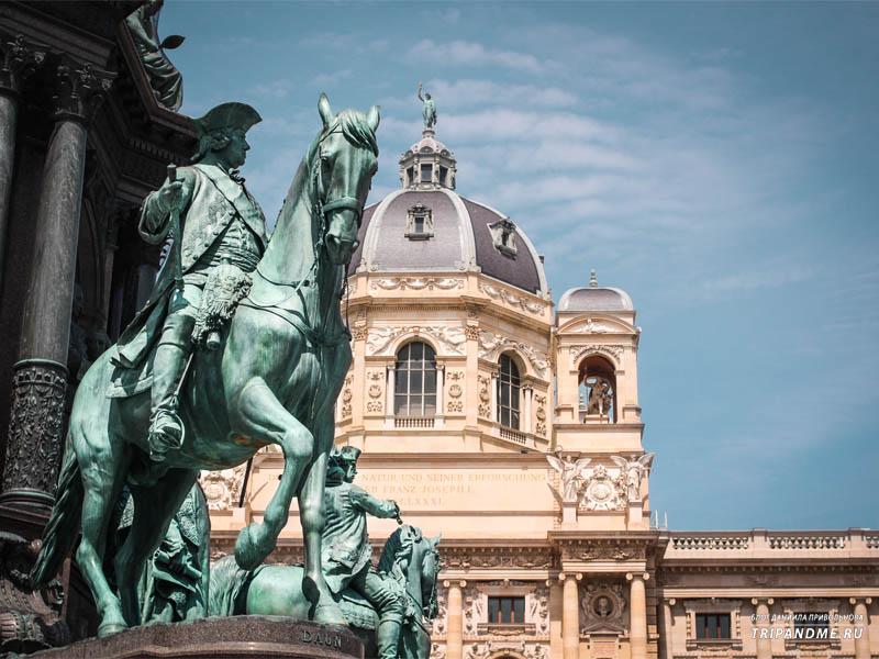 По обе стороны от площади Марии Терезии возвышаются два величественных здания