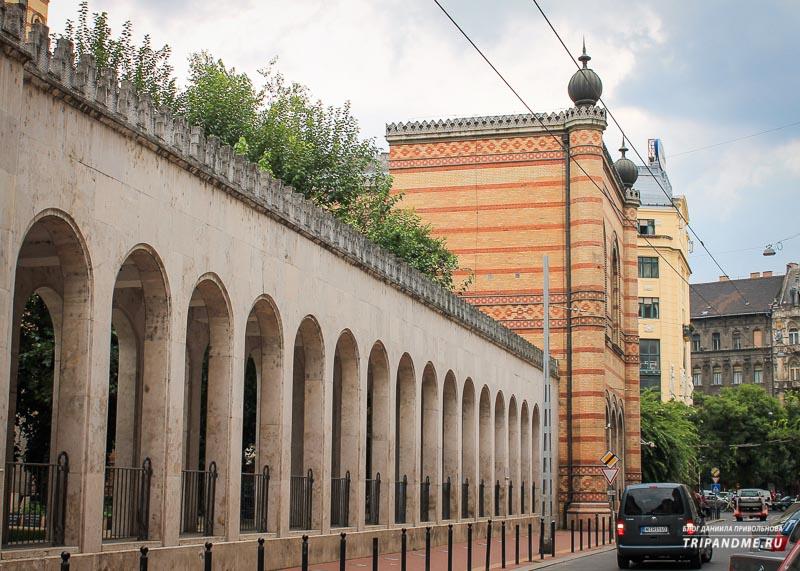 Фасад синагоги в Будапеште выполнен из красно-белого кирпича