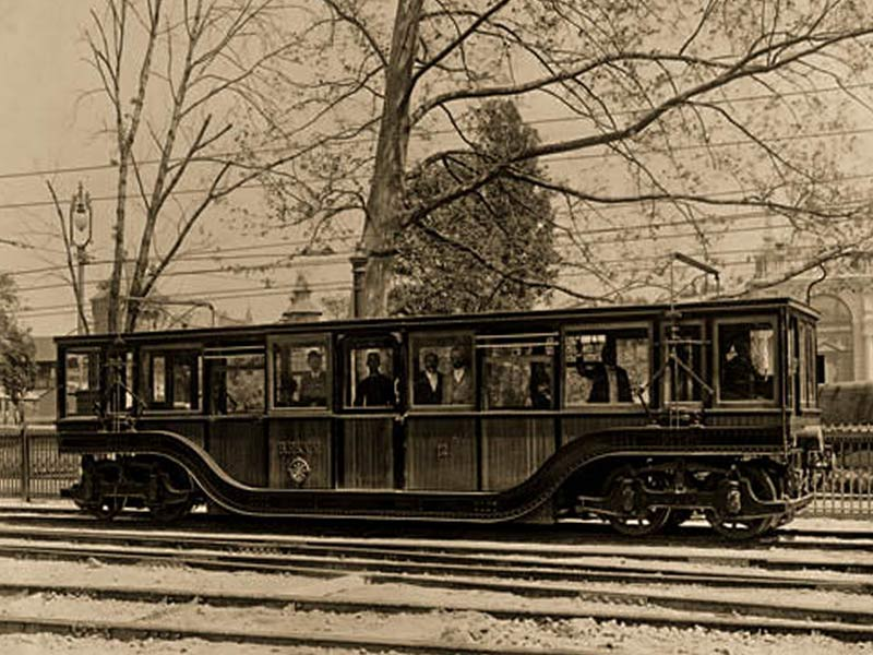 Первые метровагоны производила фирма, построившая метро