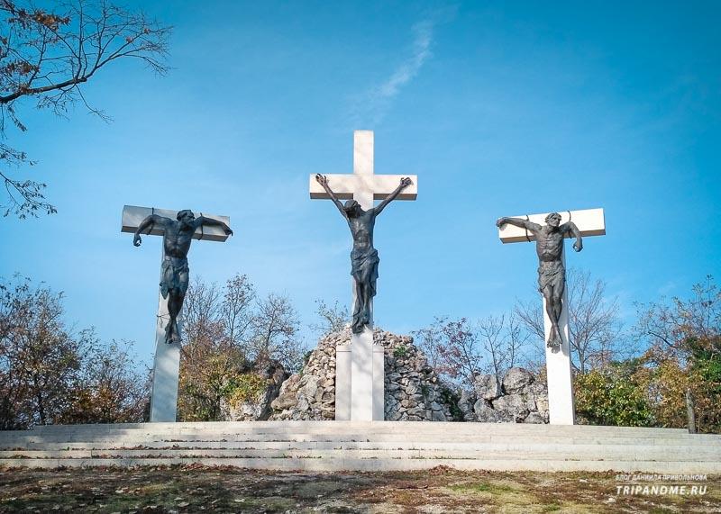 Три распятие на холме Голгофа в Тихани