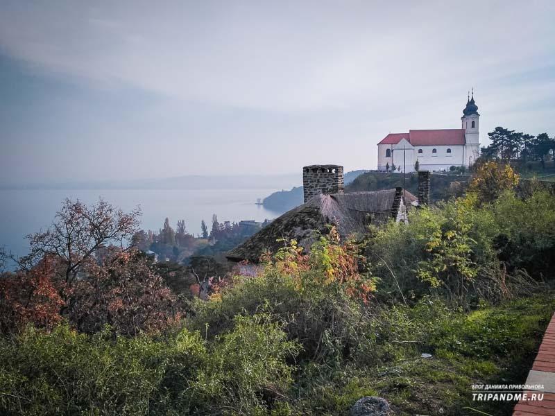 Фото Тиханьского аббатства в Венгрии