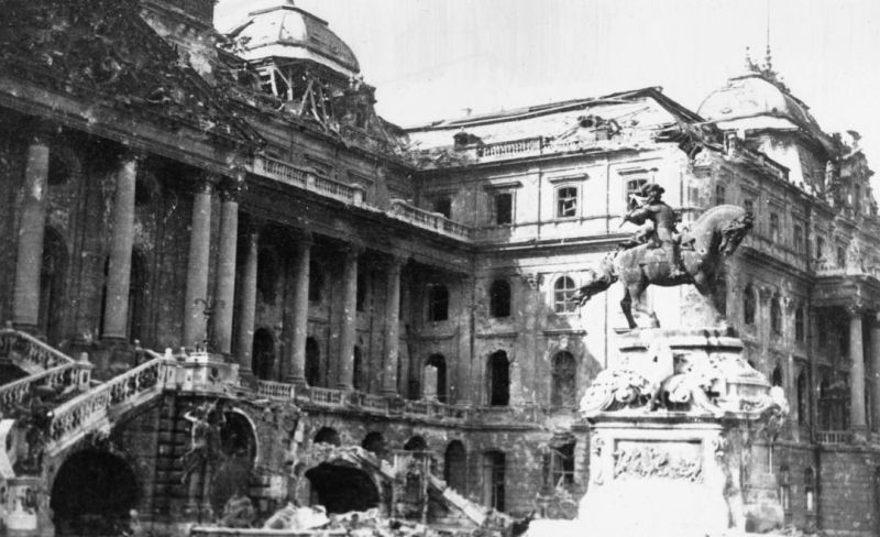 Королевский дворец после боев за Будапешт