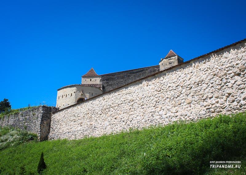 Вид на Крепость Рышнов в Румынии снаружи
