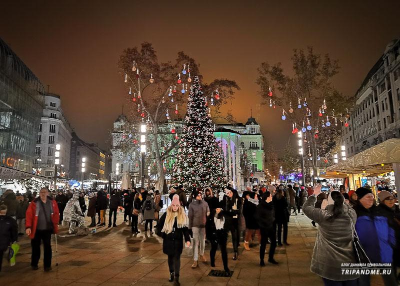 С 2018 года елку на площади Верешмарти заменили на искусственную