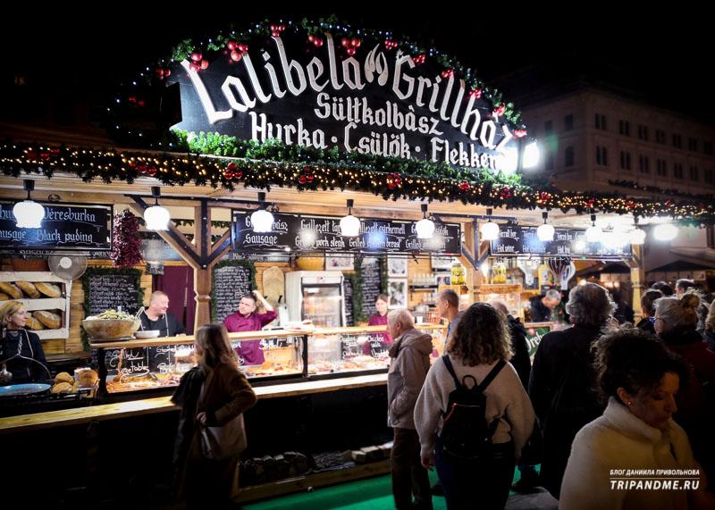 Венгерские колбаски также можно попробовать на рождественской ярмарке в Будапеште