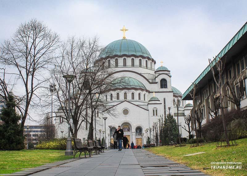 Церковь возвышается над городом