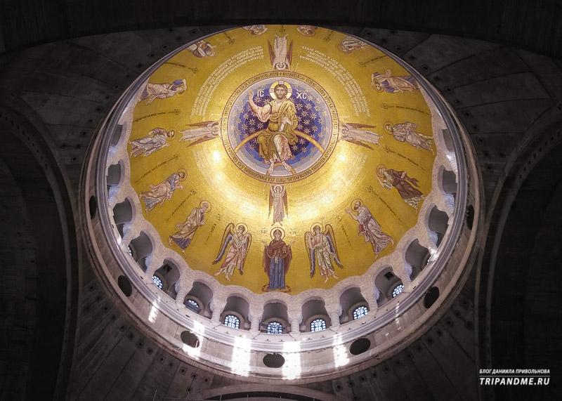 Панно украшает купол храма