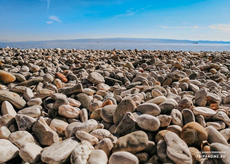 Галечный участок пляжа Жнян в Сплите