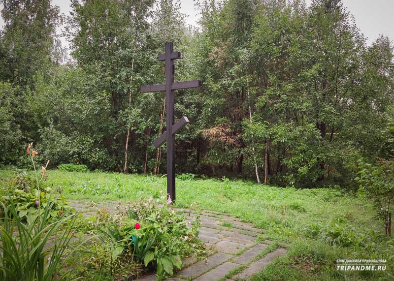 Памятный крест на месте мемориала