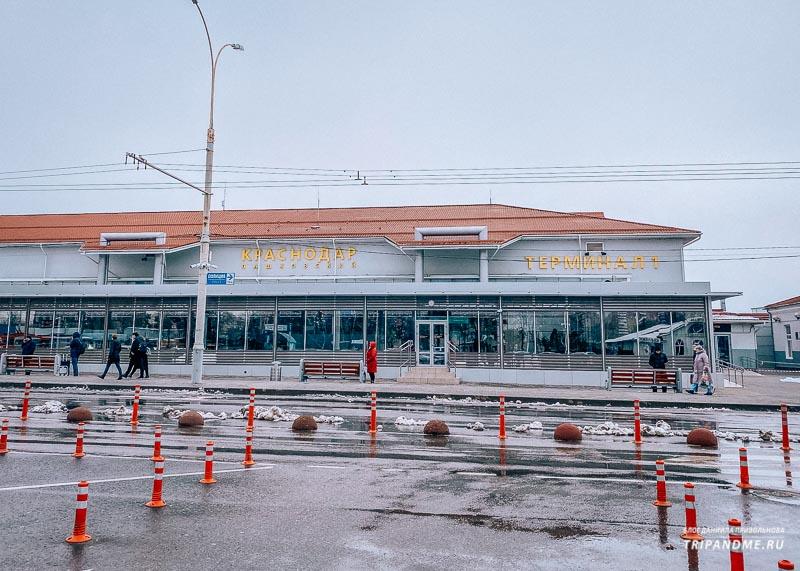 В аэропорту Краснодара по-прежнему дежурят бомбилы