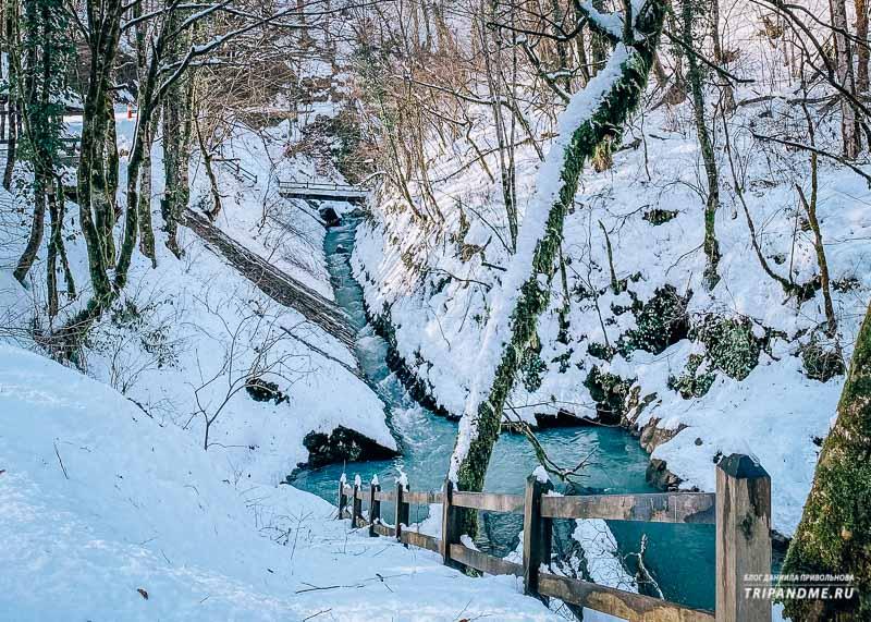 Дорога к водопадам несложная, подъем небольшой и пологий