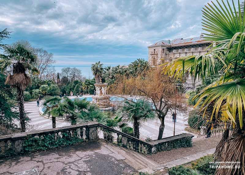 Вид на фонтан, санаторий и море