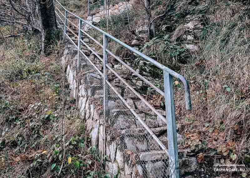 Лестница к пещере