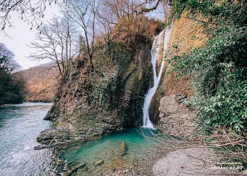 Река и водопад