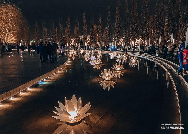 В вечернее время парк подсвечивается тысячами огоньками