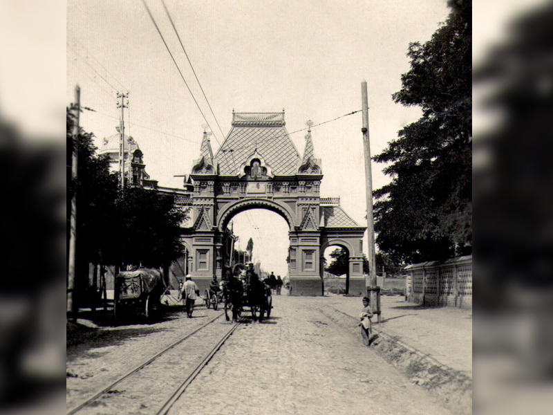 Через арку проходила линия трамвая