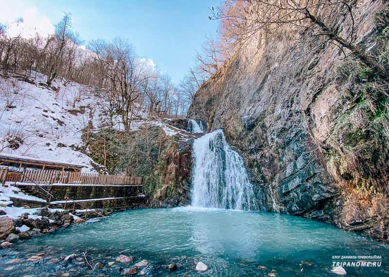 Первый Змейковский водопад находится примерно в 200 метрах от кассы