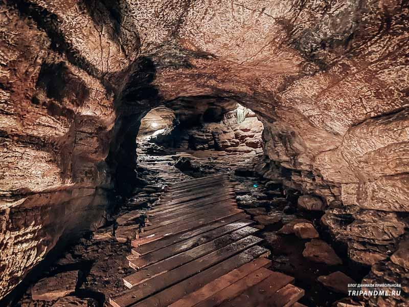 Внутри пещера также благоустроена