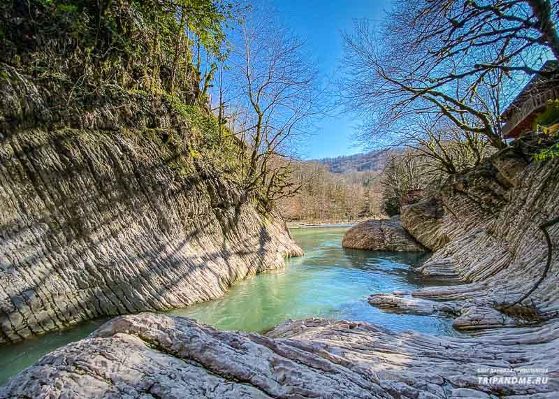 Цвет воды в реке потрясающий