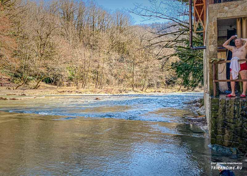 Баня стоит прямо на берегу речки