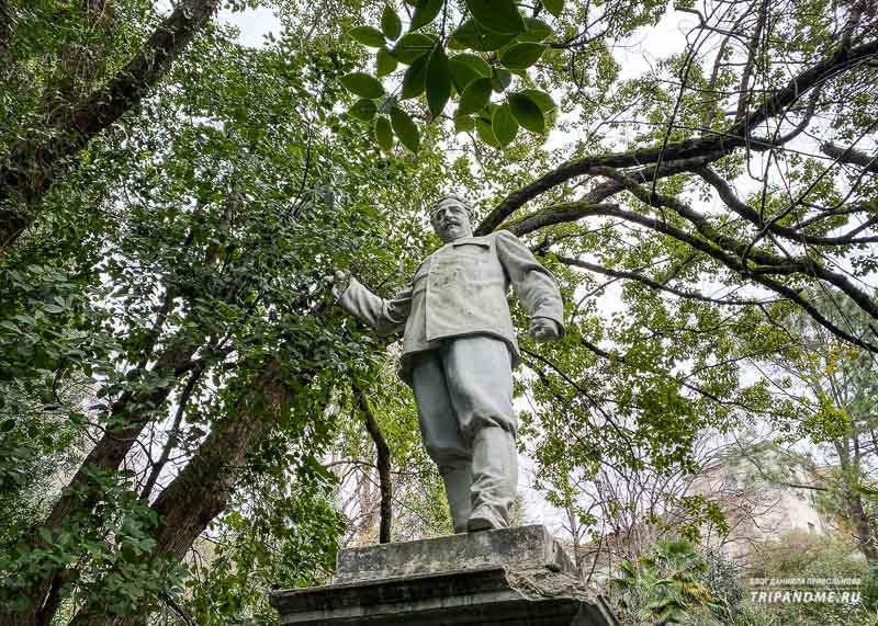 Статуя Серго Орджоникидзе